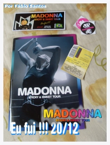 """Sticky & Sweet Tour Book"", ingresso PISTA e adesivos..."
