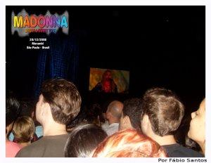 Madonna emocionada no telão.