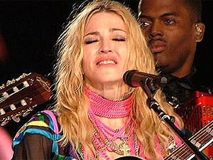 Madonna se emociona e promete voltar.